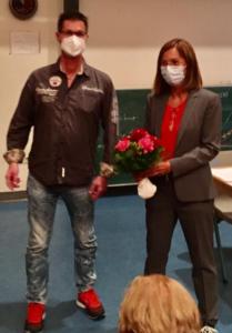 Armin Krischer überreicht Prof. Dr. Claudia Sommer einen Blumenstrauß zum Dank
